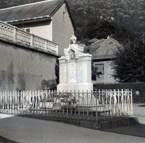 photo N&B ancien monument aux morts Saint Etienne de Cuines