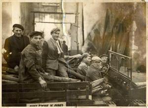 Années 1950 : le « dodge », les tuyaux… et les volontaires dans l'ancien local. En partant de la gauche : Charles EMIN, Camille GERMAIN (dit « Bessette »), Michel VIARD (dit « Popon »), Victor EMIN, Fernand DARVES, François GENIN.