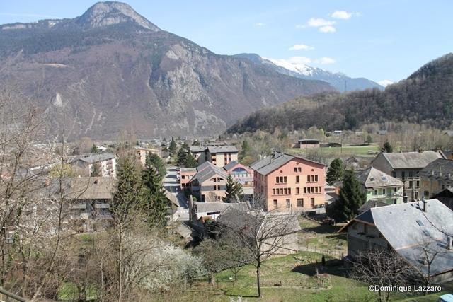 1__village__Dom.L__0312__Le Collège vu de la Route des Côtes