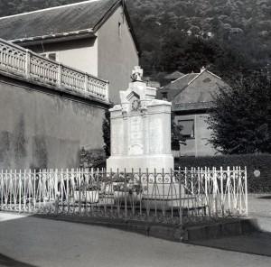 photo N&B ancien monument aux morts Saint Etienne de Cuines